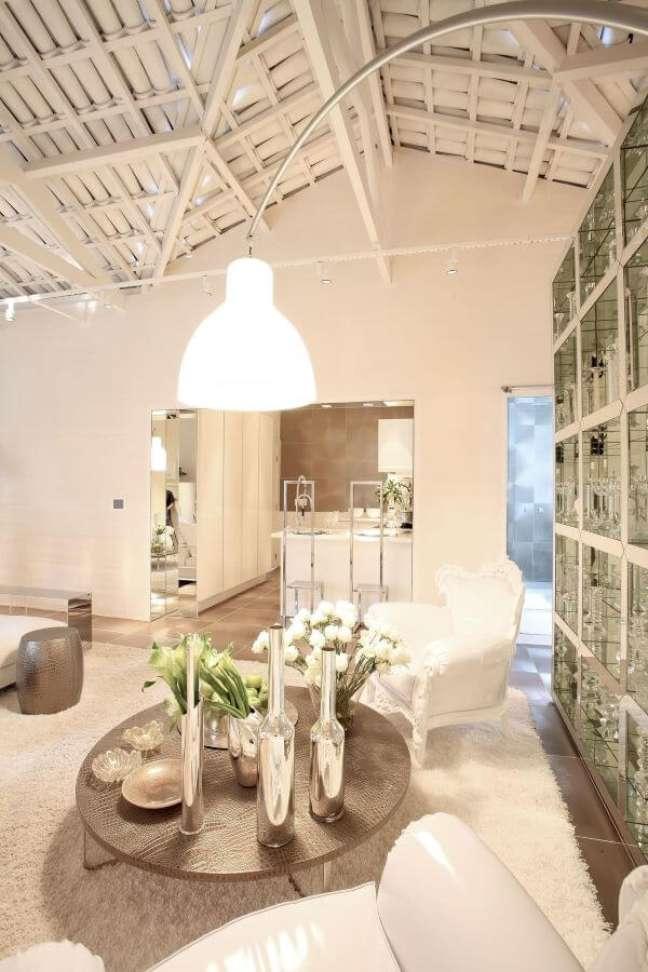 41. Sala clássica e luxuosa com enfeites na cor prata – Foto Brunete Fraccaroli