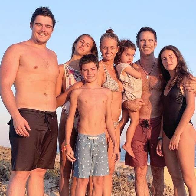 Pedro e Ana com os filhos: uma família feliz abalada pela consequência trágica da depressão