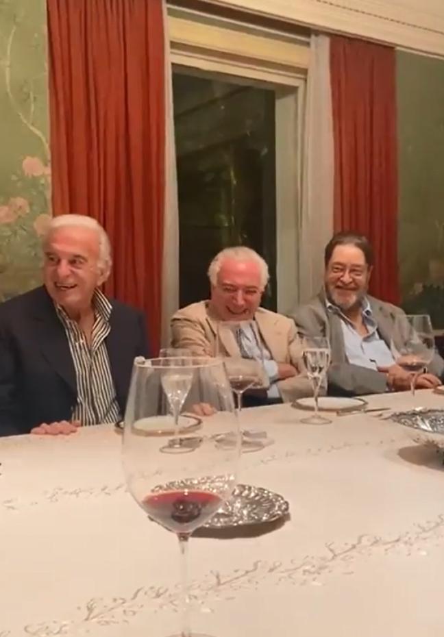 Ex-presidente Michel Temer rindo da imitação de Bolsonaro durante jantar com políticos e empresários.