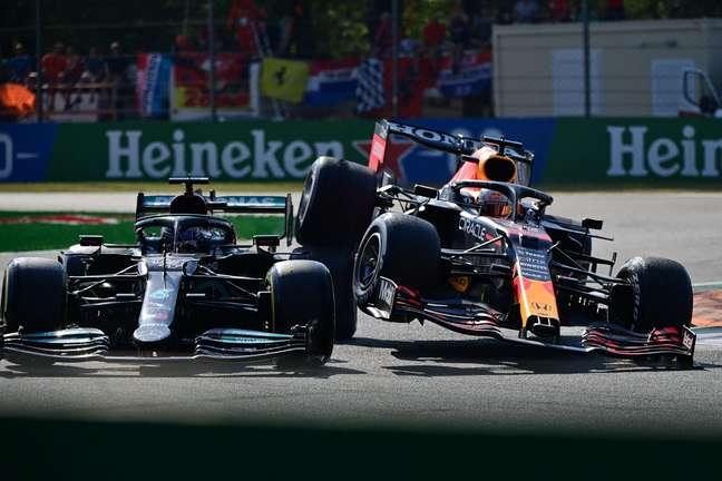 Verstappen e Hamilton colidem.