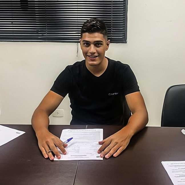 Felipe Batagini durante assinatura com o sub-23 do Santos Divulgação v2mm