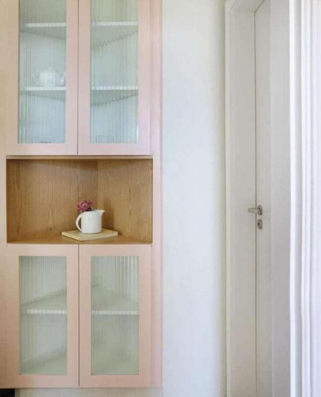 20. Armário de vidro cor de rosa na cozinha moderna – Foto Doma Arquitetura
