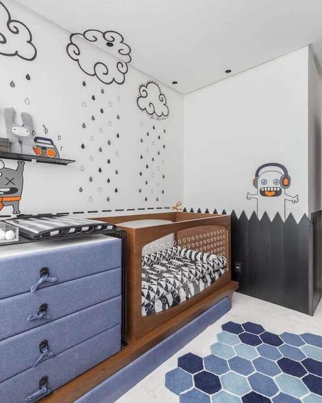 44. Decoração lúdica para quarto de bebê azul e branco com berço de madeira – Foto: Greisse Panazzolo