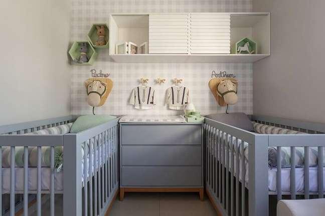 59. Quarto de gêmeos decorado com papel de parede delicado e berço de madeira pintado de cinza – Foto: Daniela Bittencourt Tavares Matias