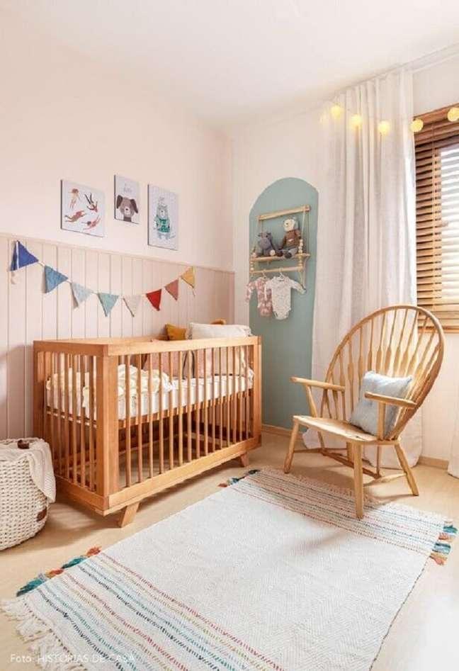 60. Quarto simples decorado com varal de bandeirinhas e berço de bebe de madeira – Foto: Etsy