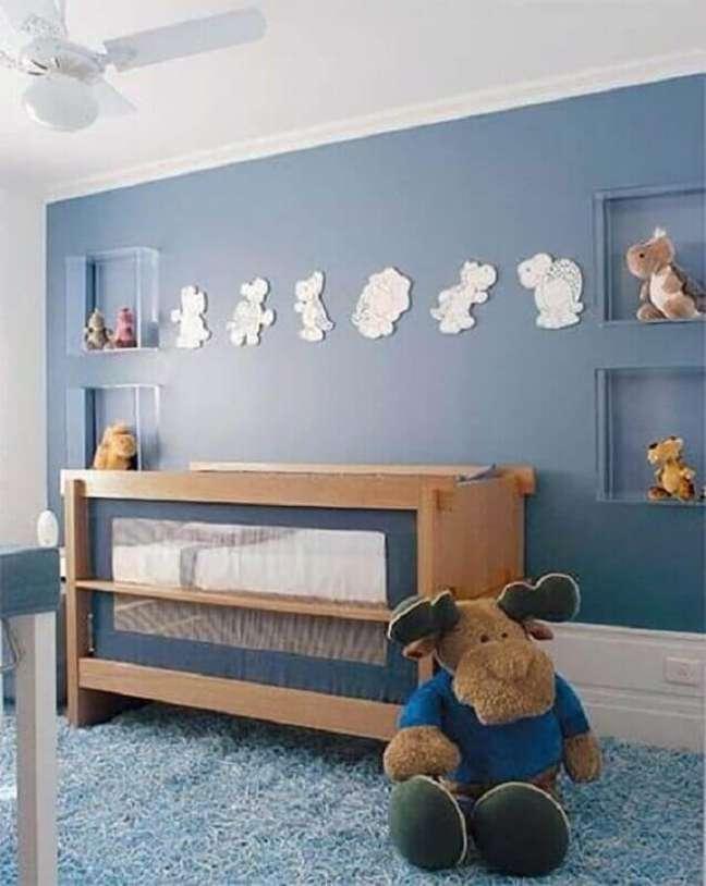 21. Berço de madeira moderno para decoração de quarto de bebê azul – Foto: Dcore Você