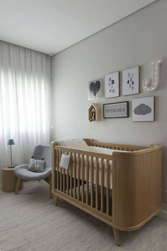 22. Berço de madeira para decoração de quarto de bebê cinza moderno – Foto: Triplex Arquitetura