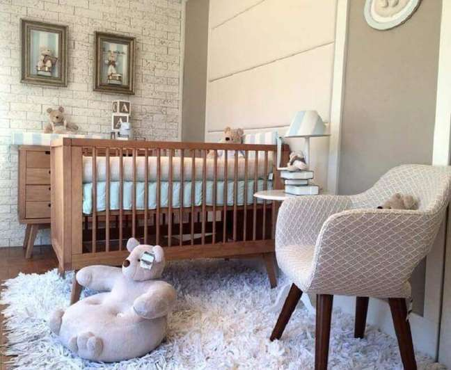 28. Berço de madeira simples para decoração de quarto de bebê com parede de tijolinho – Foto: Kids Concept