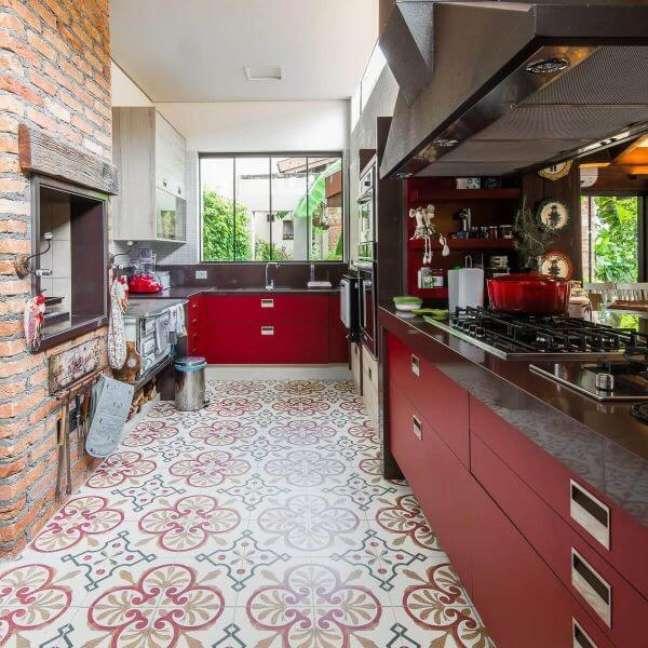 43. Cozinha gourmet com armário de vidro e gabinete na cor vermelha – Foto Camila Tannous-2
