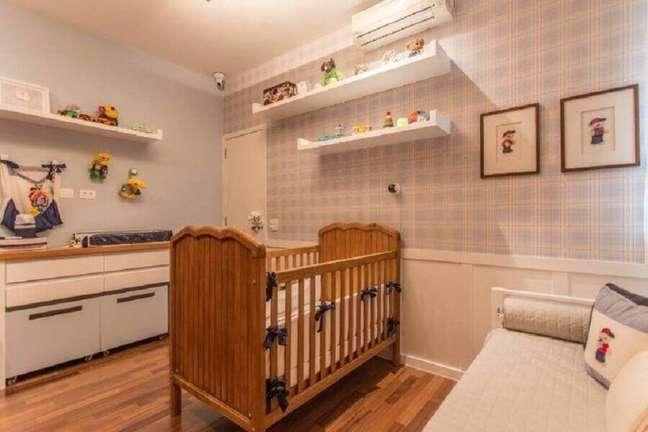 24. Berço de madeira para quarto de bebê azul e branco decorado com papel de parede xadrez – Foto: S12 Arquitetura