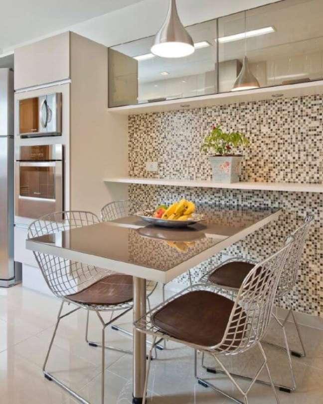 23. Armário de vidro na cozinha moderna com pastilhas na parede – Foto Luciana Olesko