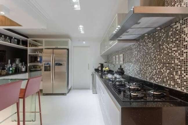 55. Decoração de cozinha com armário de vidro e pastilhas – Foto Marcia Arcaro