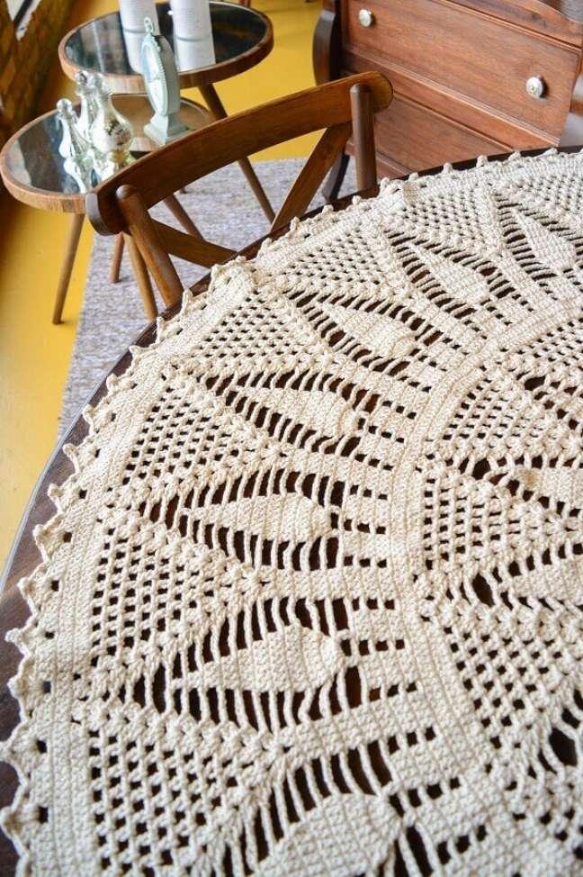 3. Decoração com toalha de mesa redonda de crochê – Foto: Circulo