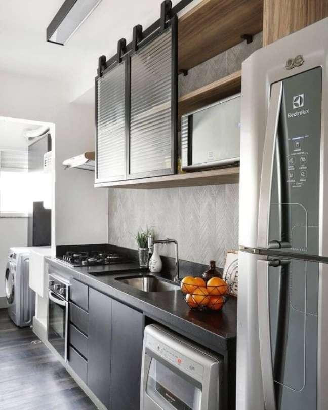 50. Cozinha preta com armário de vidro canelado preto – Foto Estudio Volpert Arquitetura