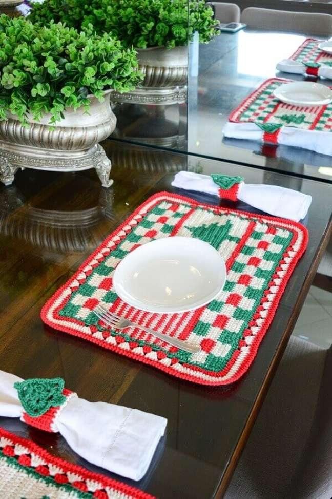 15. Mesa posta decorada com mesa posta natalina – Foto: Circulo