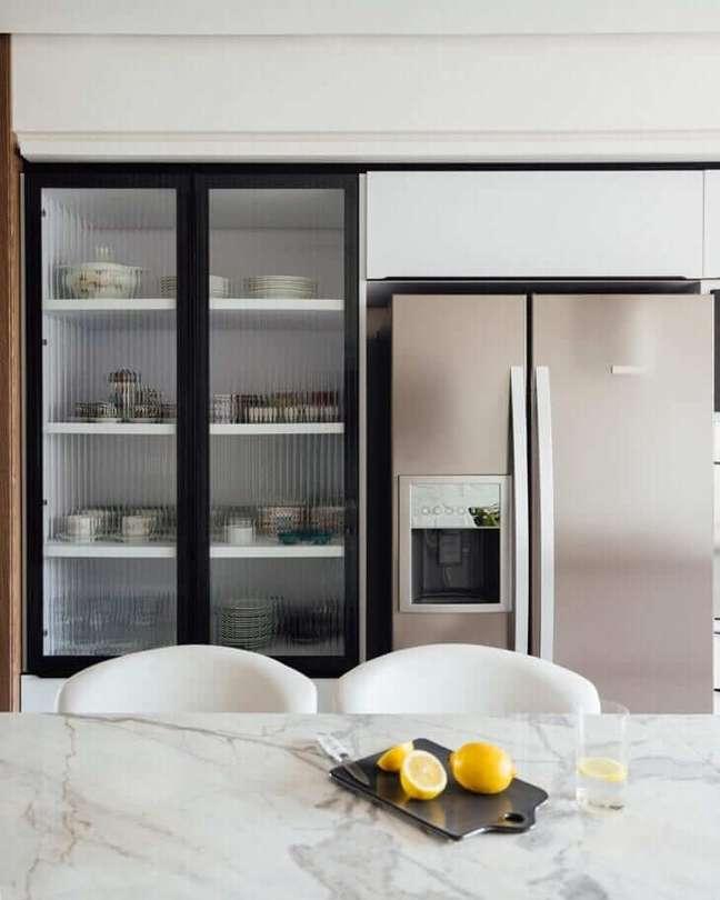 44. Cozinha moderna com armário de vidro para porcelanatos – Foto Tamara Rodriguez Arquitetura