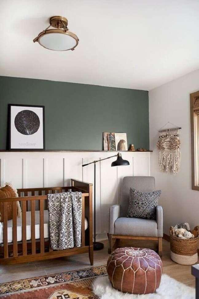 55. Quarto de bebê branco e verde simples decorado com berço de madeira e puff de couro – Foto: Bre Purposed