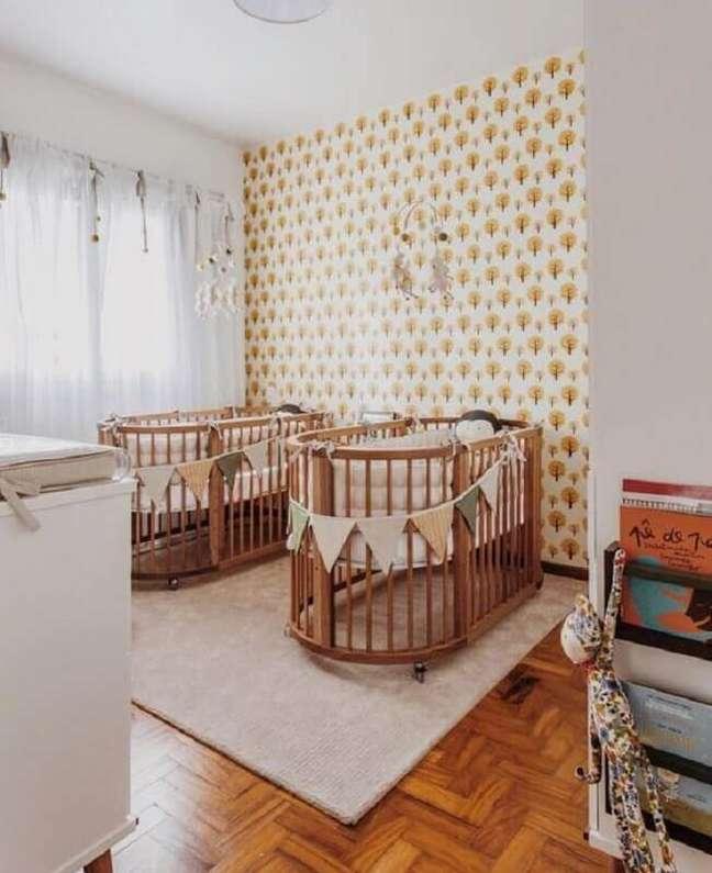 40. Decoração de quarto de bebê gêmeos com berço de madeira arredondado – Foto: LZ Mini