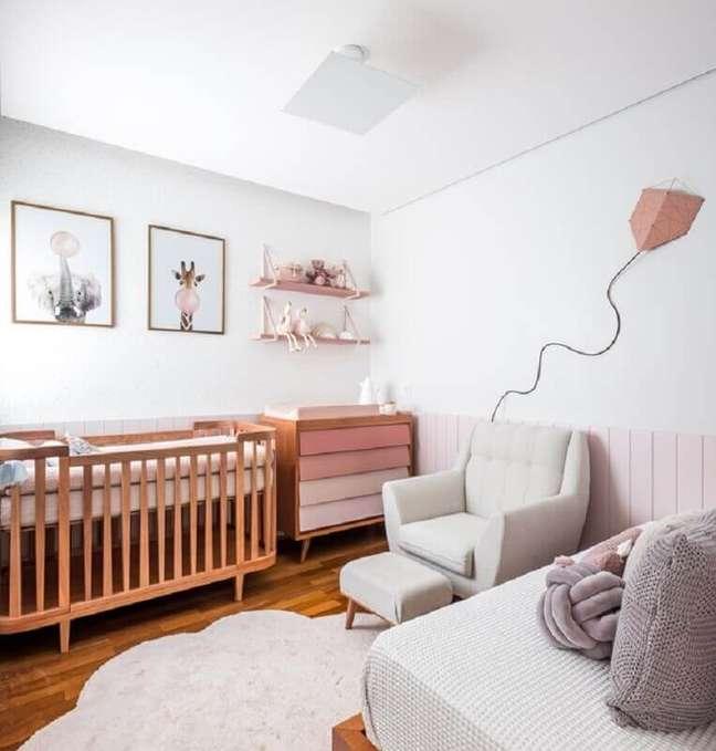 25. Berço de madeira para quarto de bebê branco decorado com cômoda com gavetas cor de rosa – Foto: Nathalie Artaxo