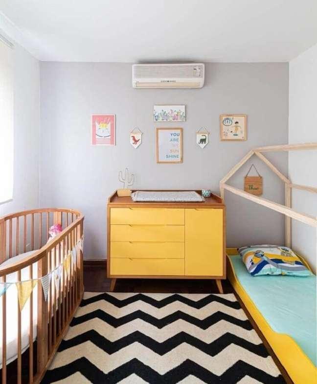 27. Berço de madeira para quarto decorado com cômoda amarela e cama montessoriana – Foto: Erika Urbino