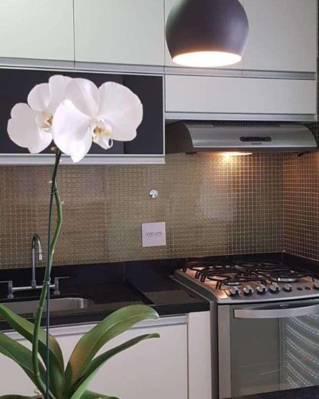 26. Armário de vidro preto para cozinha moderna – Foto Rivesti