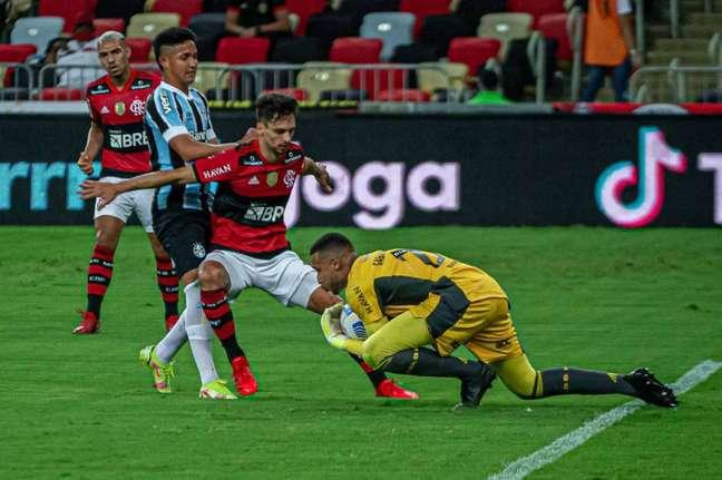 Rodrigo Caio foi titular na vitória contra o Grêmio (Foto: Paula Reis/Flamengo)