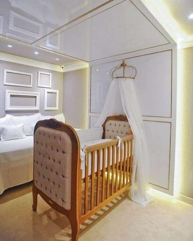 41. Decoração de quarto de bebê planejado com berço de madeira capitonê e dossel de parede – Foto: A2 XD Ambientes