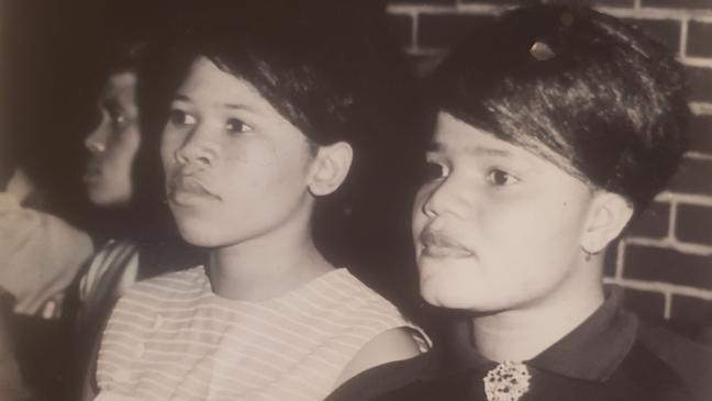 Agnes (à esquerda) trabalhou como enfermeira antes de se casar e começar sua família.