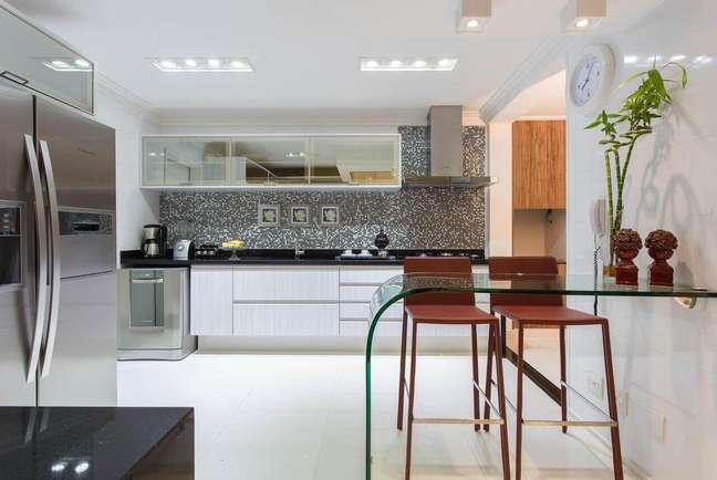 21. Armário de vidro fume na cozinha branca e moderna – Foto Marcia Acaro