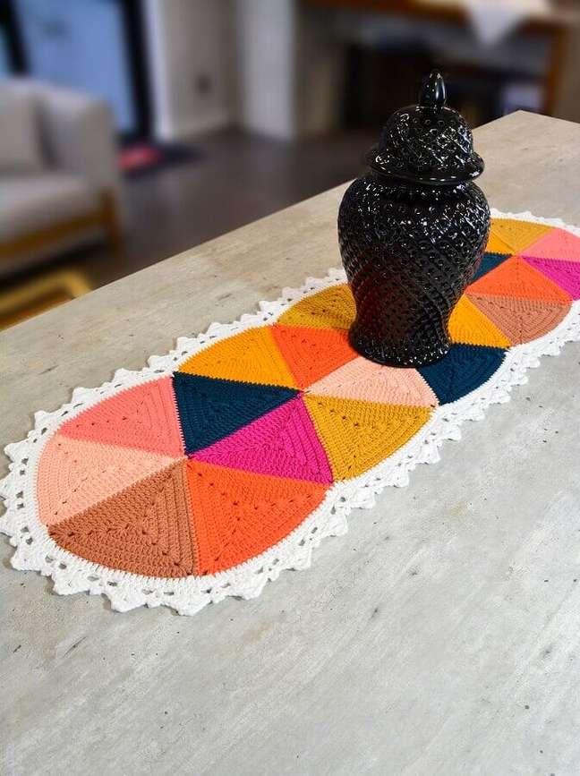 4. Decoração com trilho de crochê colorido para mesa – Foto: Circulo