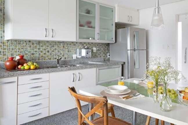 47. Cozinha pequena com armário de vidro e bancada de granito cinza – Foto Oliva Arquitetura