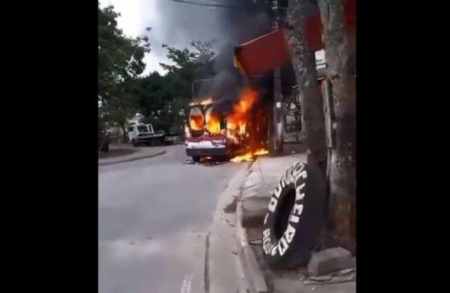 Ao menos oito vans foram incendiadas em áreas dominadas por grupos milicianos na zona oeste do Rio