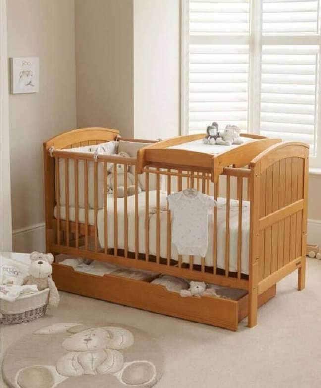 42. Decoração em cores neutras para quarto de bebê com berço de madeira – Foto: Mamas e Papas