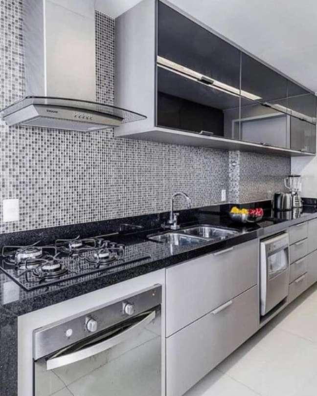 45. Cozinha moderna com armário de vidro preto – Foto MF Sanches Interiores