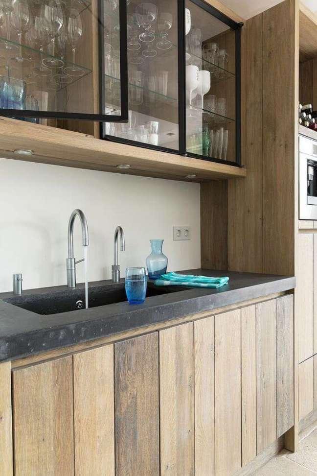 10. Cozinha de madeira com armário aéreo de vidro – Foto