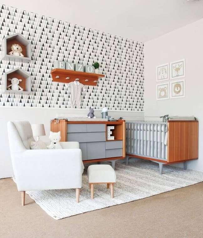 23. Berço de madeira para decoração de quarto de bebê com papel de parede preto e branco – Foto: Oficina da Roca