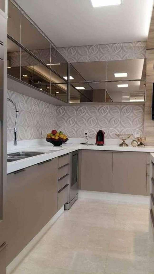 15. Armário de cozinha espelhado com bancada de quartzo -Foto Cozynook