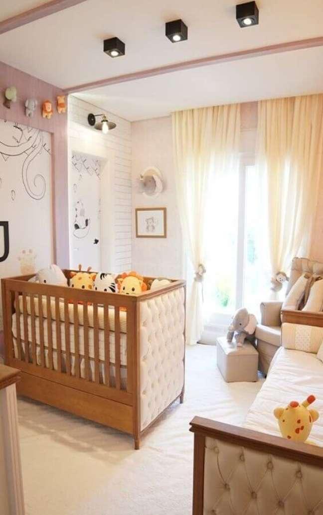 13. Berço de bebe de madeira com acabamento capitonê para decoração de quarto lúdico em cores claras – Foto: Grão de Gente