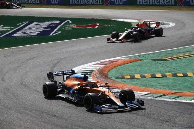 Daniel Ricciardo segurou na raça a Red Bull de Verstappen e partiu para vitória