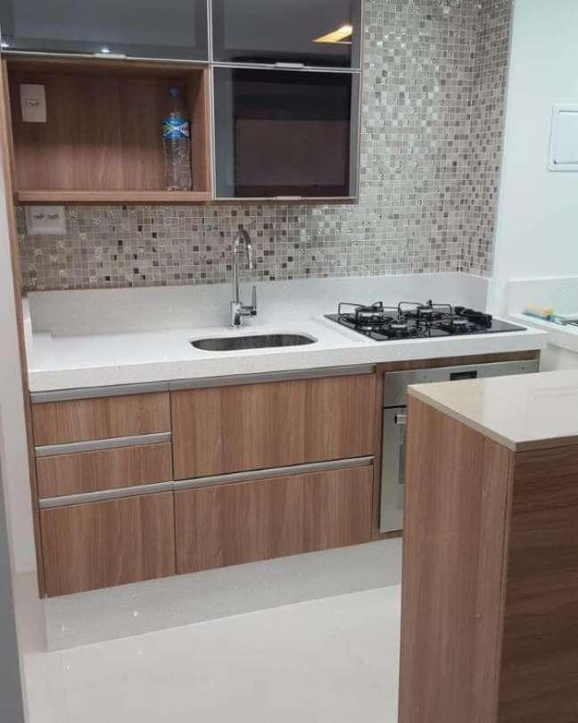 4. Cozinha de madeira com armário de vidro – Foto Nosso Apto 155