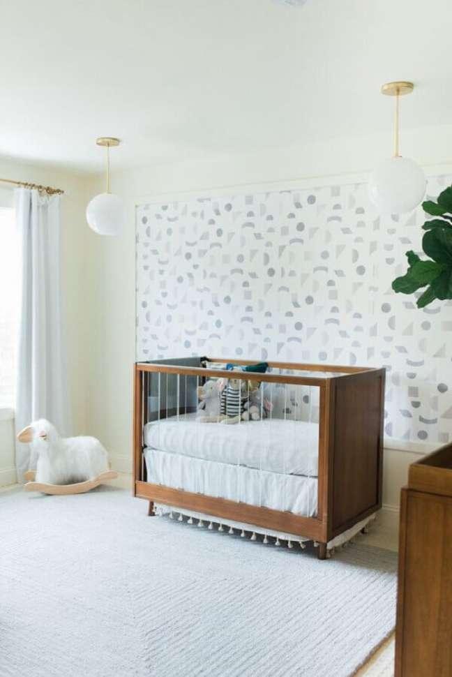 1. Berço de madeira para quarto de bebe branco decorado com papel de parede delicado – Foto: Little Crown Interiors