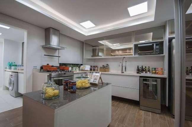 7. Cozinha branca com armário de vidro reflecta – Foto Marel
