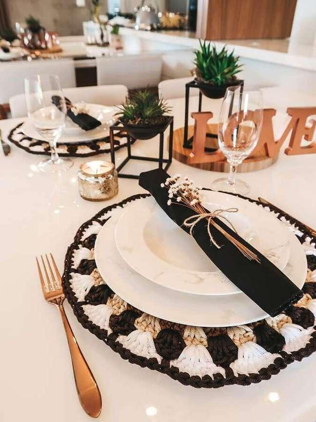 6. Mesa posta preta e branca decorada com sousplat de crochê – Foto: Circulo