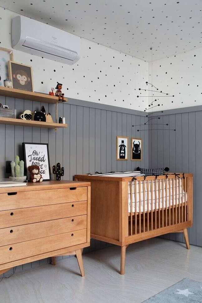 56. Quarto de bebê cinza e branco decorado com berço de madeira – Foto: Studio Roca