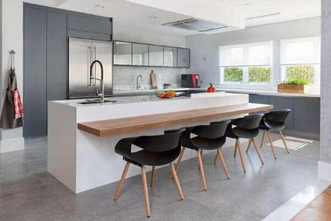 27. Bancada de quartzo branco para cozinha cinza clara e madeira – Foto Gabriela Toledo Arquitetura e Interiores