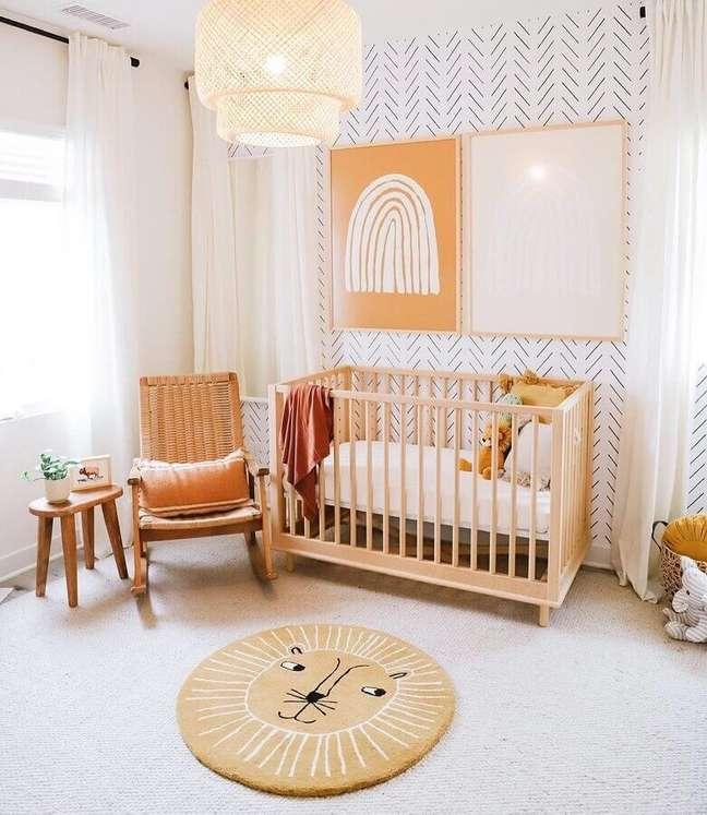35. Decoração clean para quarto de bebê com berço de madeira e cadeira de balanço – Foto: DilmareDesign