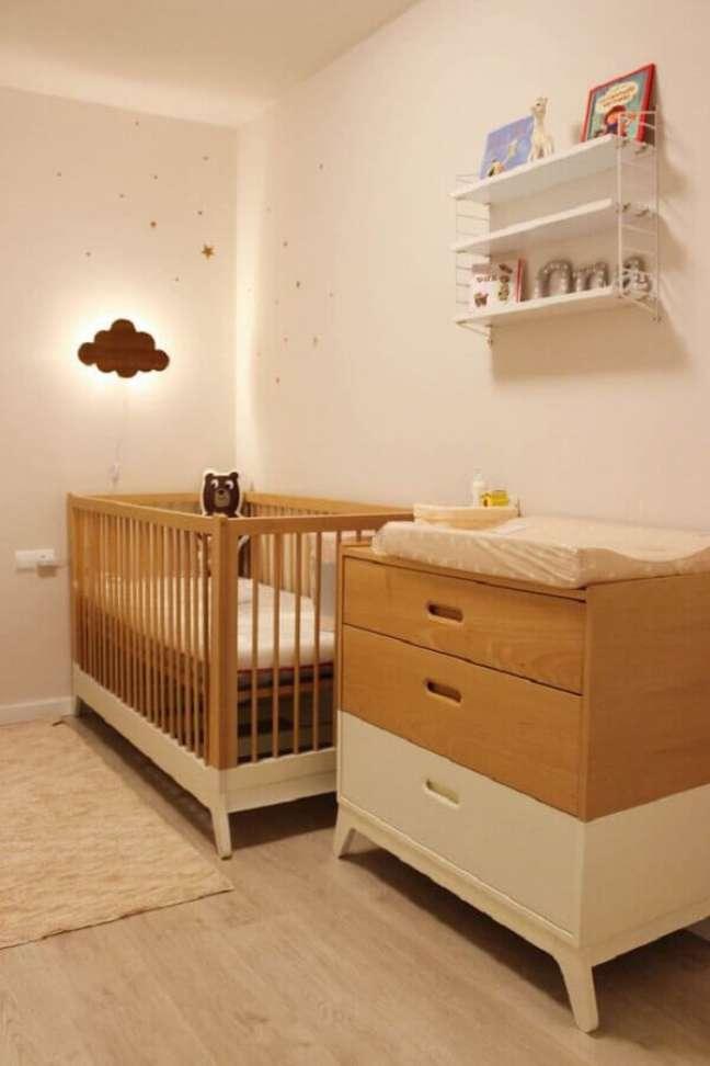 7. Decoração clean para quarto de bebe bege com berço de madeira – Foto: Moveis Henn