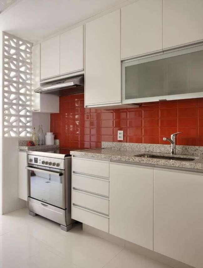 34. Cozinha com armário branco e armário de vidro – Foto Artis Design Fabio Bouilet Rodrigo Jorge