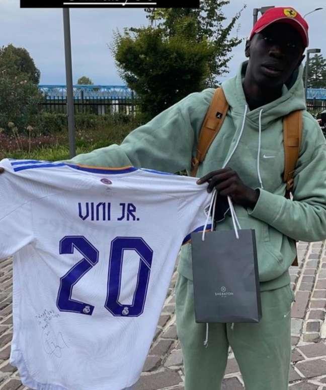 Khaby Lame recebeu uma camisa autografada por Vinícius Jr. (Foto: Reprodução)