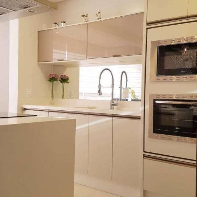 40. Cozinha com bancada de quartzo branco e armários da mesma cor – Foto WB Planejados